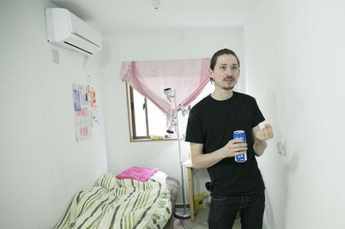 インタビュー後 ウォルターの滞在先の部屋にて