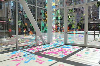 《鳴る光》/2013/ 床と壁にフィルム/ SHIBAURA HOUSE(東京)