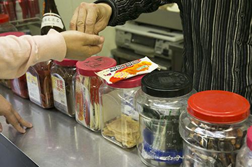 たくさん並んだ駄菓子やお菓子の中から、大好物のビックカツをチョイス