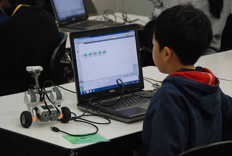 ロボット教室「ブロックロボットでプログラミングに挑戦 レゴNXT初級①(基本操作)」