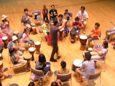 夏休み青少年ウィーク! 親子で体験ワークショップ 午後の部 ドラムサークルと音楽あそび ~みんなで楽器を鳴らしてLet'sコミュニケーション♪~