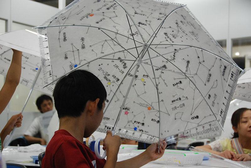 夏休み特別企画「工作がいっぱい!自由研究パラダイス2015」 じっくり!天文工作「カサでプラネタリウムをつくろう!」