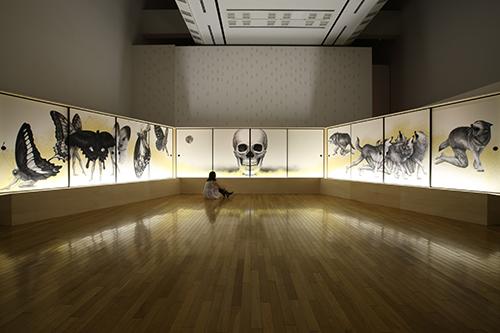「インタートラベラー神話と遊ぶ人」《シラ-谷の者、野の者》/2009 /©Tomoko Konoike