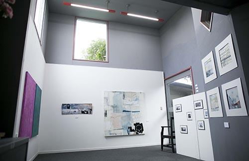 すどう美術館は、以前作家がアトリエとして利用していた建物を改装して利用している。元アトリエだけあり、心地よい外光が空間に降り注いでいた。