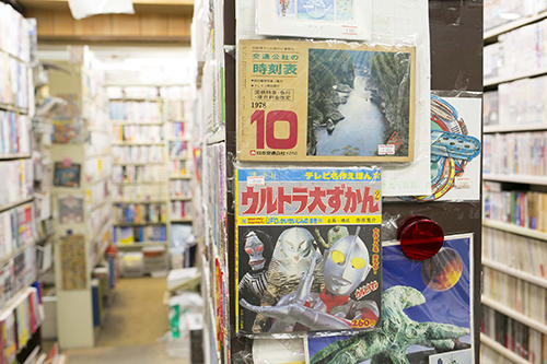 所狭しと種類豊富な本がひしめく店内。