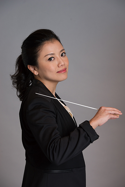 Conductor Keiko Mitsuhashi gives an entertaining discussion, explaining what to listen for in the music. (Photo: Shumpei Ohsugi)