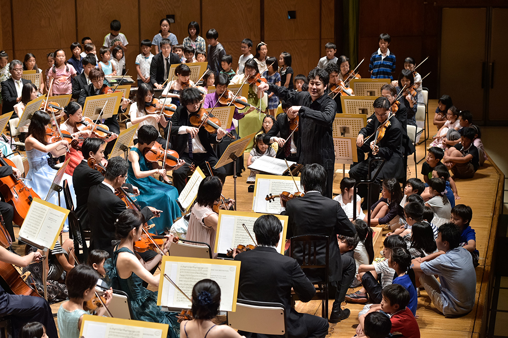 Children can listen to the orchestra up on stage, experiencing its musical allure up close. (Photo: Satoshi Aoyagi)