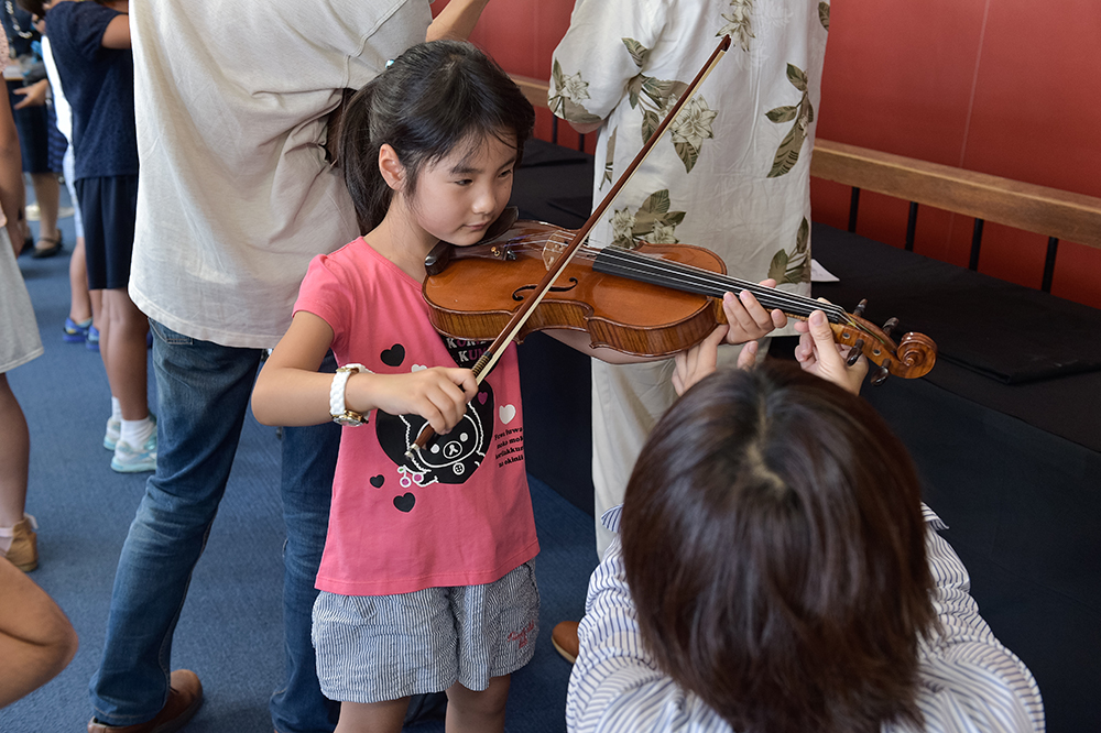A hands-on musical experience with instruments at last year's concert. (Photo: Shumpei Ohsugi)