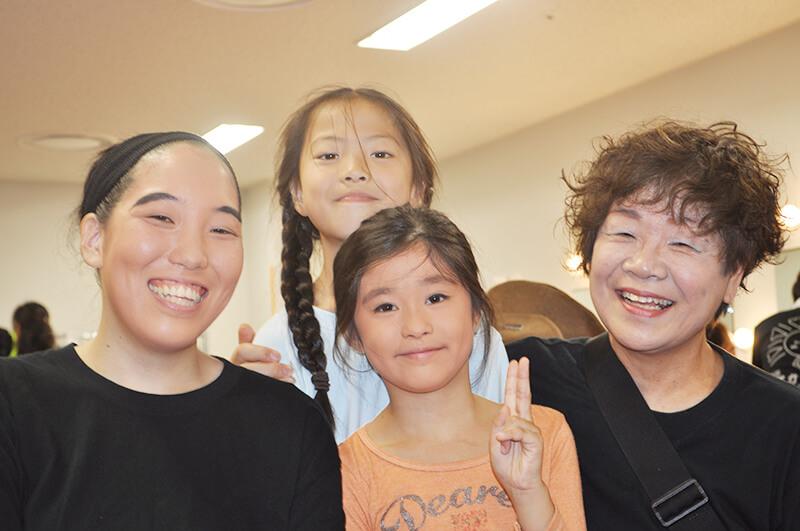 劇団ぽかぽか代表の 木暮 寿子(きぐれとしこ)さん(右端)とメンバーの佐藤さん(左端)
