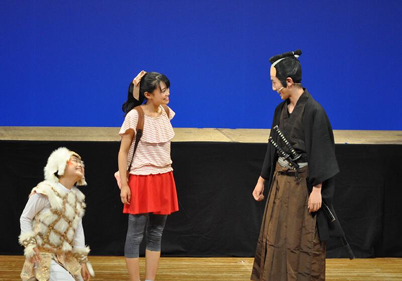 「ナミとチャル 文明開化は横須賀から始まった!」の一幕