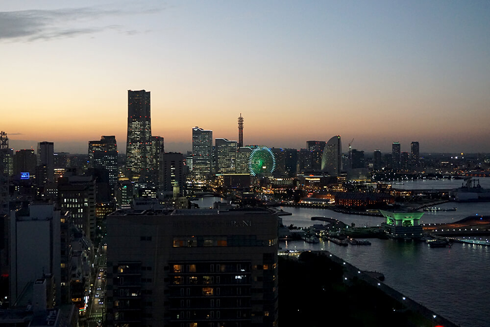 Enjoy the magnificent night view of Yokohama.
