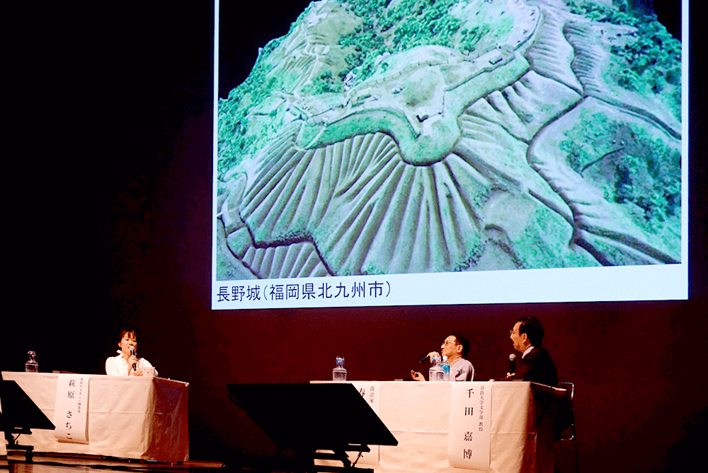 The three are excited to speak about castles while showing slides.(Nagano Castle Restoration Model from Kitakyushu Museum of Natural History & Human History Archive)