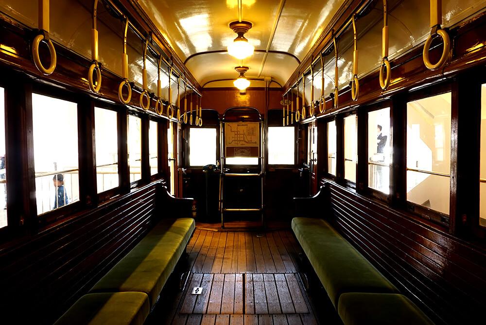 市電の古い車両はクラシックな内装