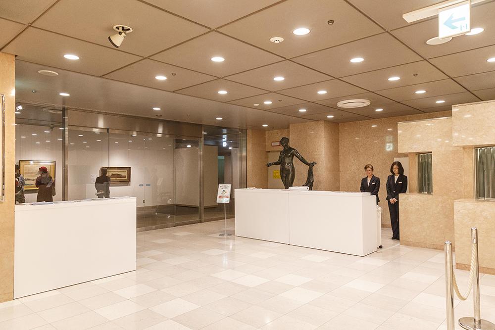 静かでゆったりとした空間が広がる、百貨店の中の美術館