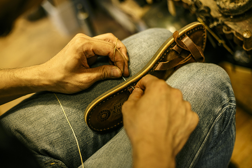 Facing the shoes firmly and repairing them to make them [Hudson Shoe Store]