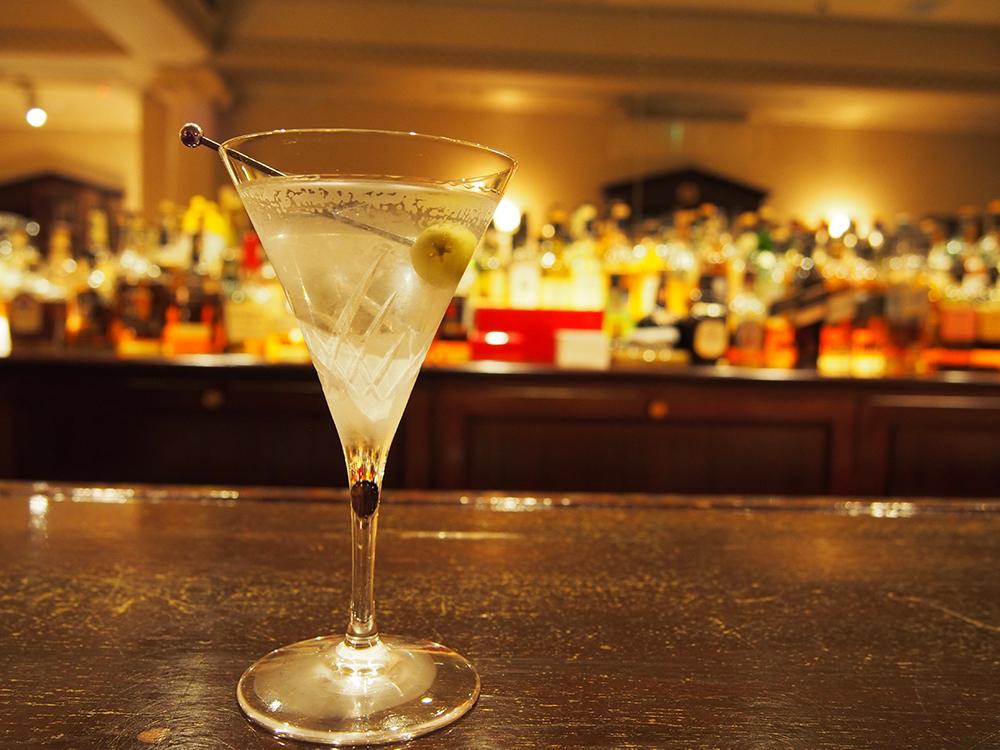 美しいグラスにキーンと冷えたマティーニ。大人の隠れ家で、ひと息
