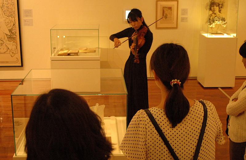 開館10周年記念企画展「ミュシャとラリック」 生演奏付きミュージアム・ガイドツアー