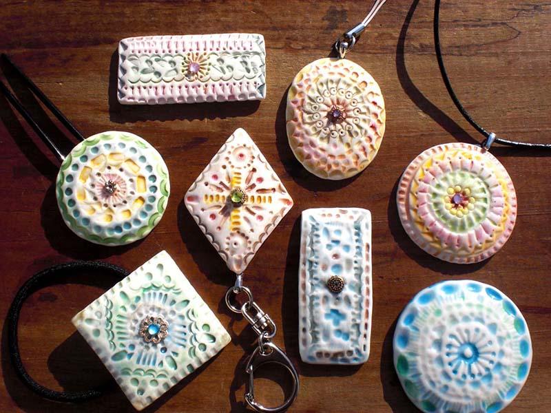 陶芸ワークショップ 白磁のレリーフアクセサリー作り