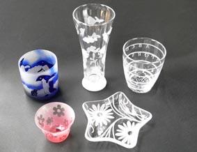 ガラスの器などにシールやビニールテープでデザインを作り、砂を当てて削り、模様をつけるサンドブラスト体験