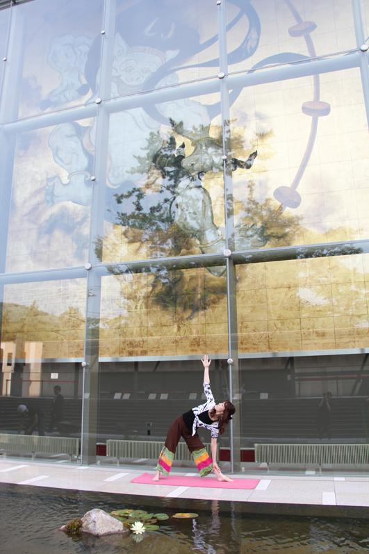 巨大壁画「風・刻(かぜ・とき)」前で爽快朝ヨガ!