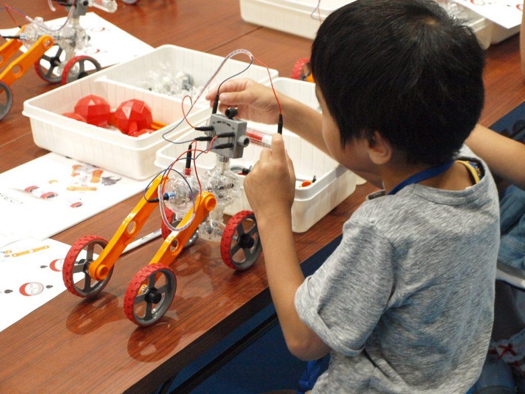ロボット&プログラミング教室「ロボット教育ブロックIQKEY パワフルカーVS急な坂道(最大傾斜角45°)~重心をとらえよう~」(対象:小学3-6年生)