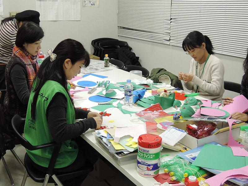 ボランティアスタッフによるワークショップ「ちぎり絵 春のしおり作り」