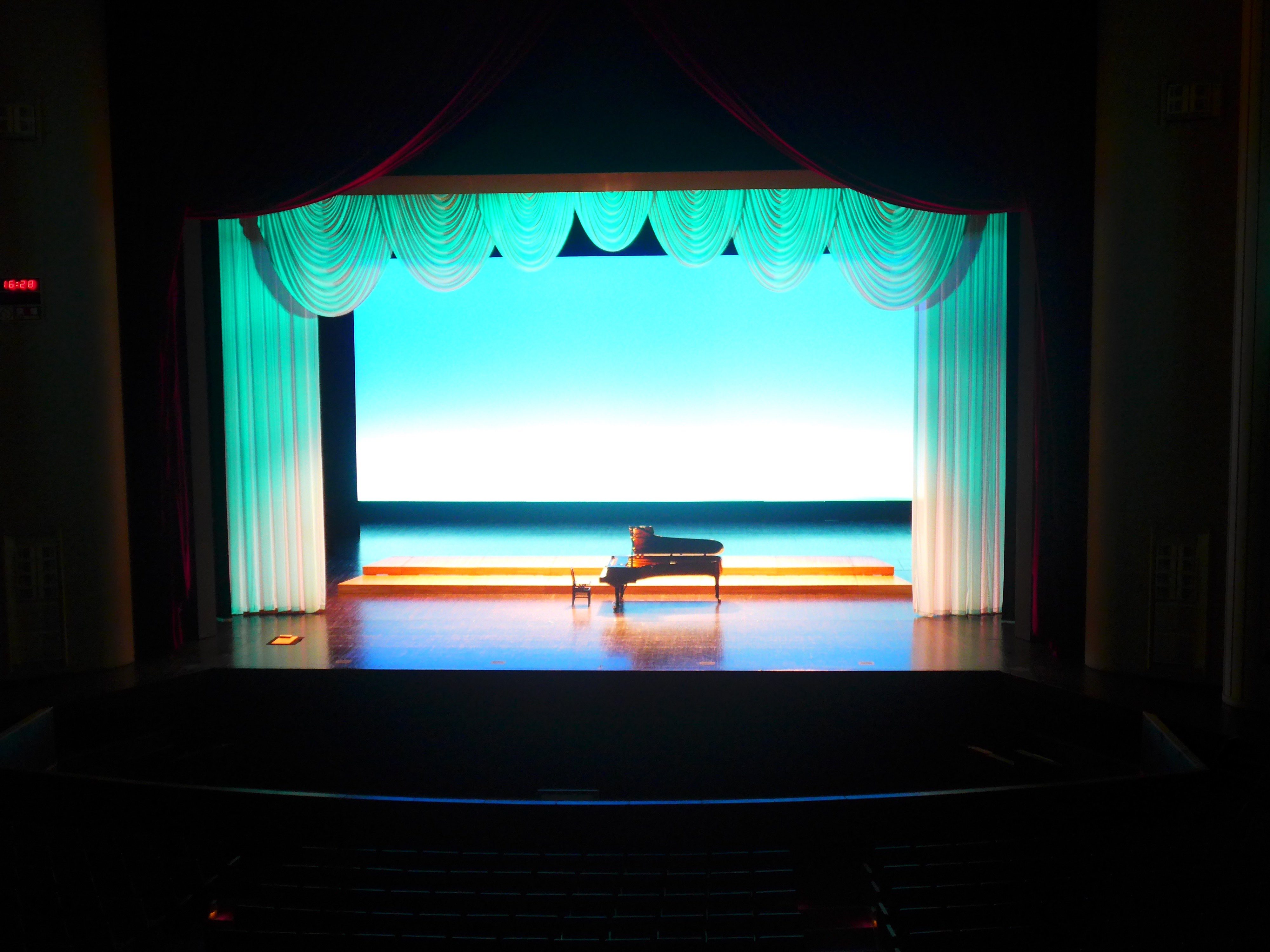 Feel like an actress ?! Maestro ?! Experience the whole back and front of the stage