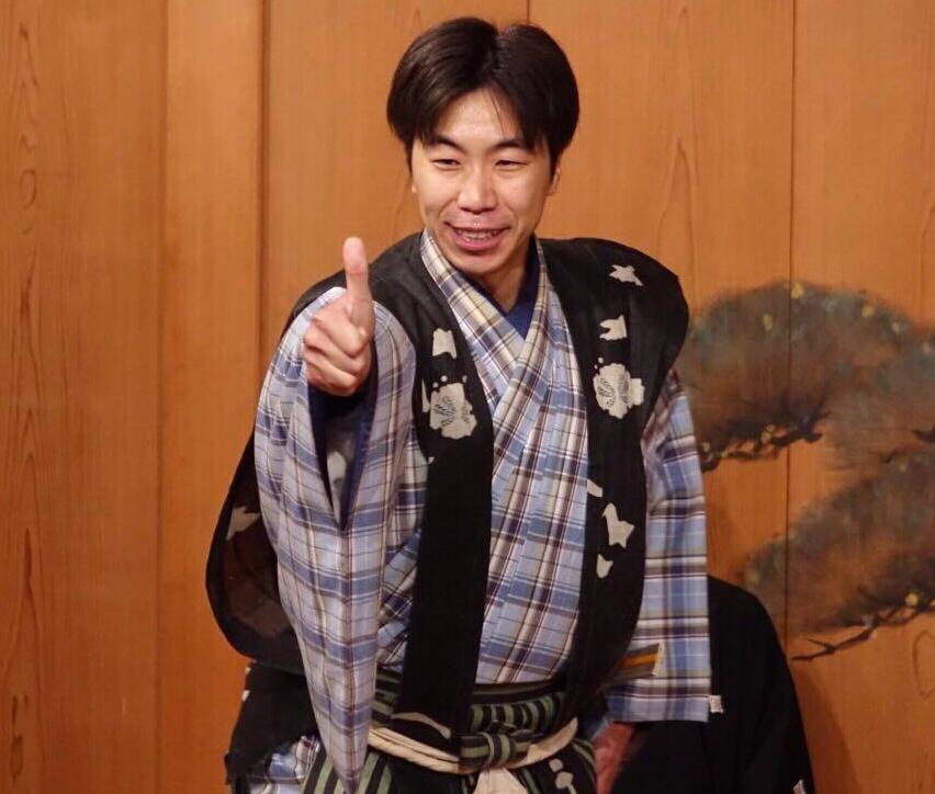 鎌倉能舞台で、膏薬の東西対決!?