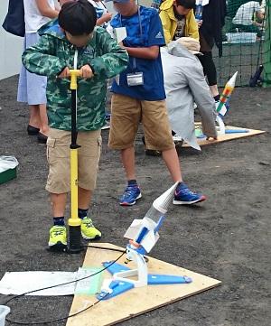 夏休み特別企画 「自由研究ラボ  – やってみよう!作ってみよう! -」環境自由研究「ペットボトルで水ロケットを作って飛ばそう」