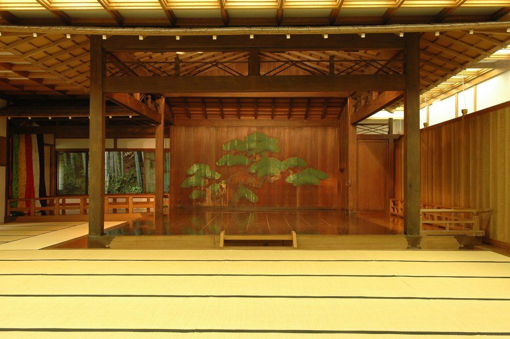 日本庭園内にある美しい能舞台<宮越記念 久良岐能舞台>