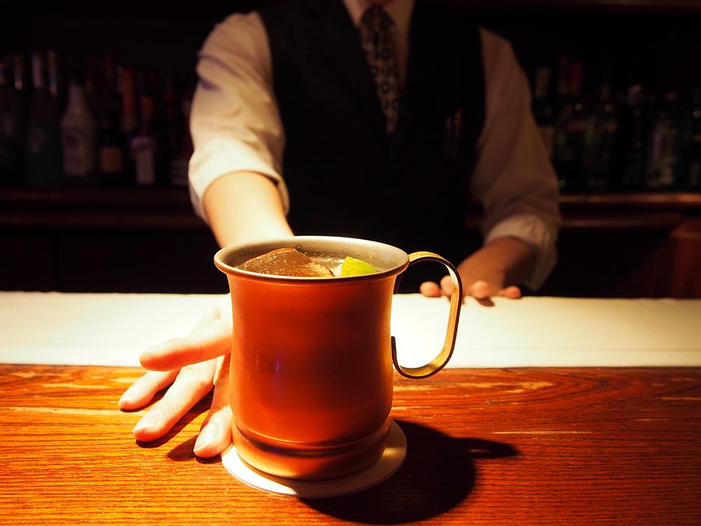 誰もが知る、あの一杯。冷えた銅製マグで飲むのが正統的スタイル