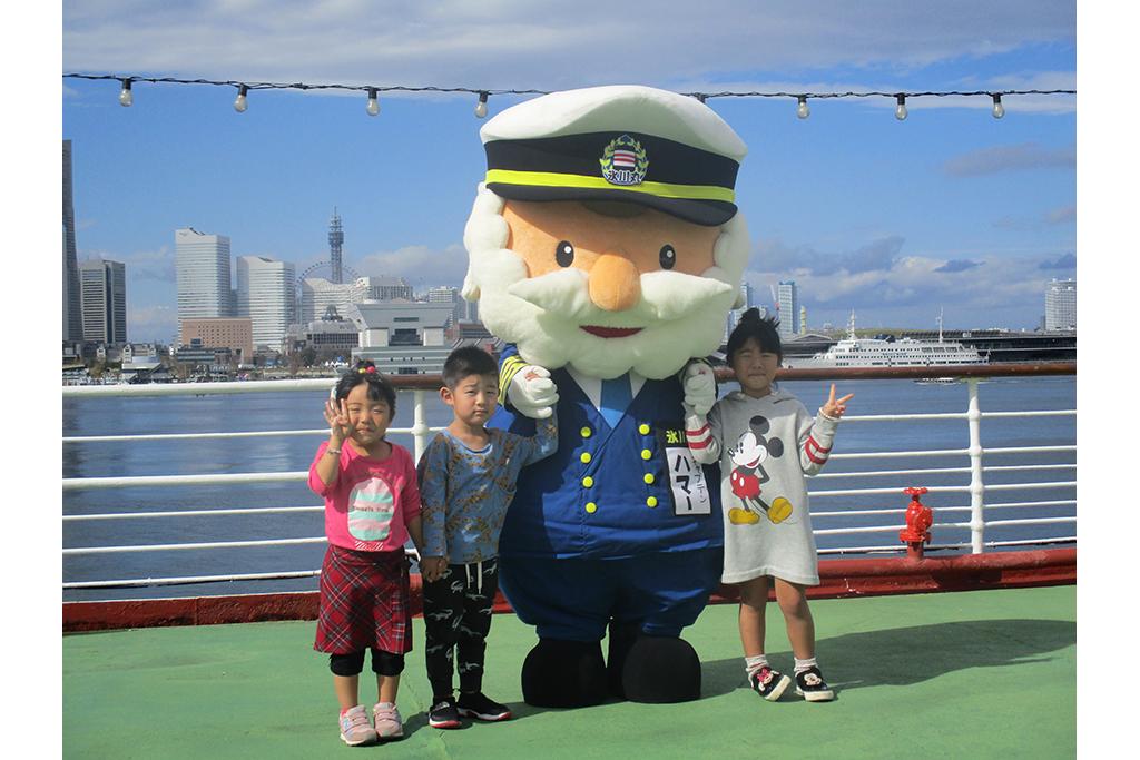 氷川丸のオープンデッキで、キャプテンハマーと一緒に記念の写真撮影♪