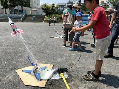夏休み特別企画「自由研究ラボ~宿題だって楽しみたい!~」 環境体験教室「ペットボトルで水ロケットを作って飛ばそう」