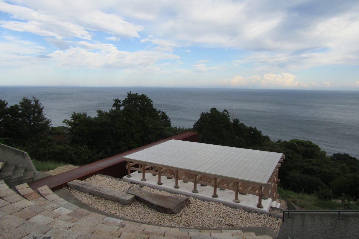 記録を残さないアーティスト、江之浦測候所に降臨! 自然とアートが響き合う時間を体験