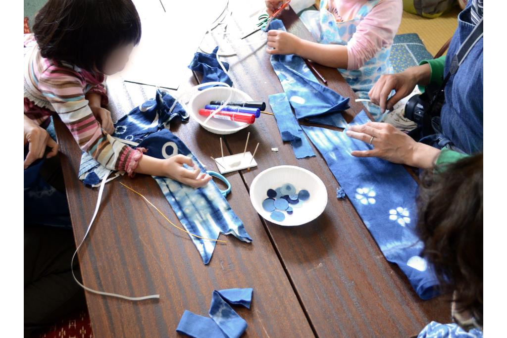 親子で参加!藍で染め、大小2匹のミニ鯉のぼりを作ろう!