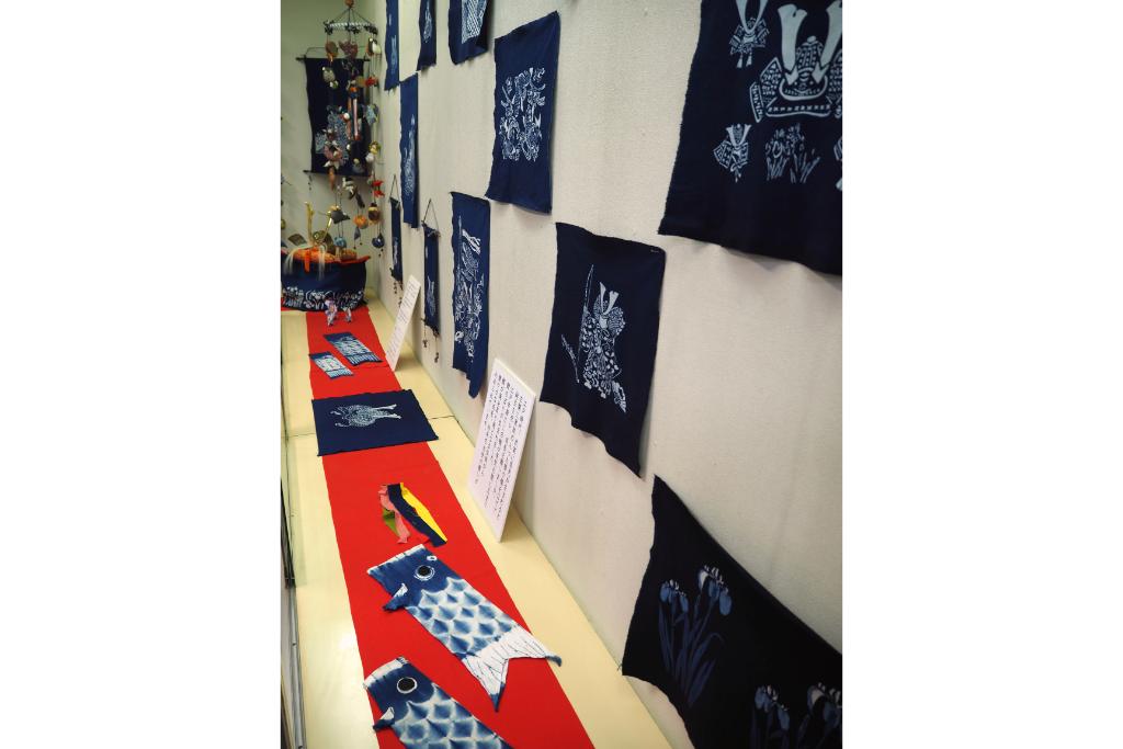 端午の節句にちなんだ柄の藍染め作品や、藍染め鯉のぼりなどを展示