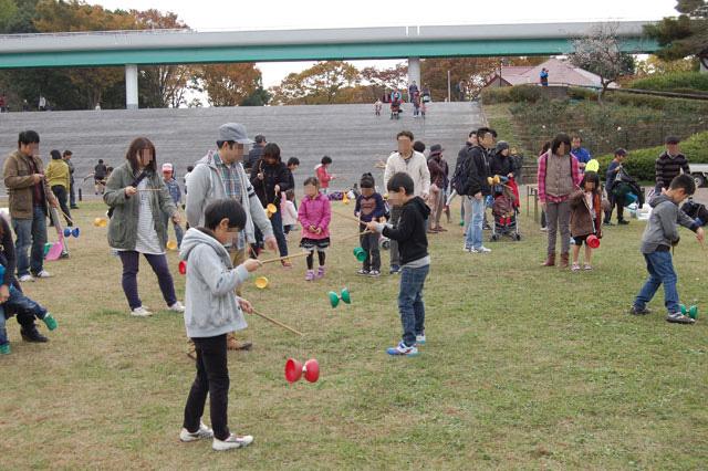 ボールジャグリングやディアボロ(中国ゴマ)、皿回しなどに挑戦してみよう。