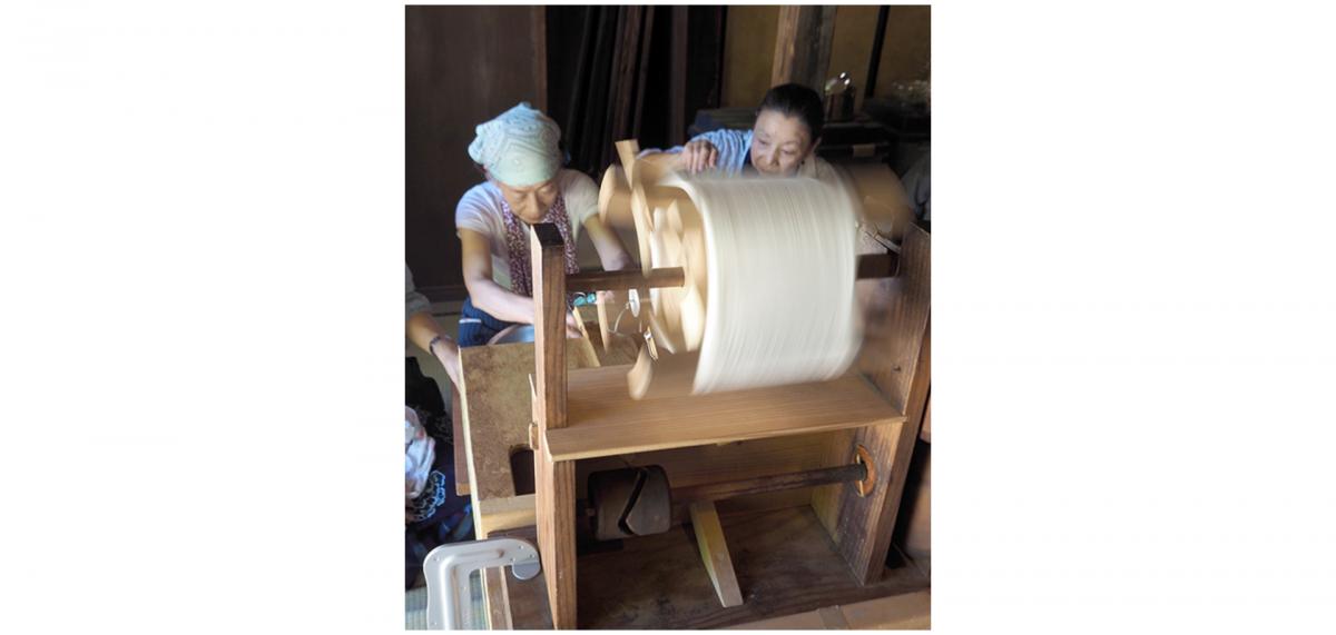 繭を煮て絹糸を取り出す作業などを学ぼう