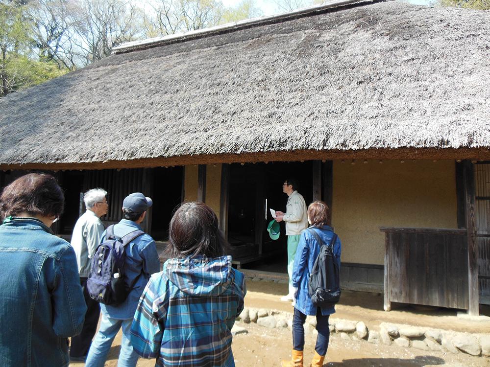 日本民家園で建築上の見どころなどを学ぼう。