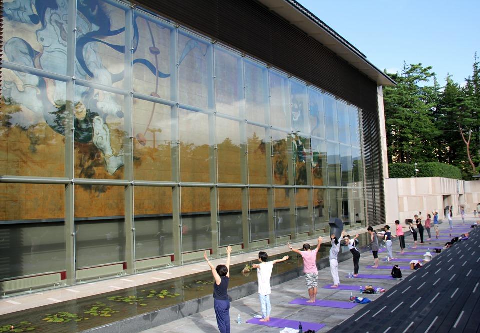 岡田美術館ヨガ~大壁画「風・刻(とき)」の前で爽快朝ヨガ~開催