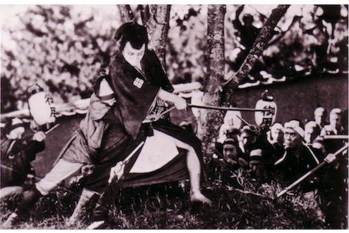サイレント映画にセリフや情景を隣で語る活動写真弁士と、生演奏で伴奏音楽を奏でる楽士を迎えた映画公演開催
