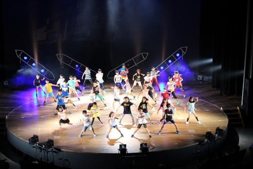 ゲストダンサーを迎えてワークショップ参加者の成果を発表!