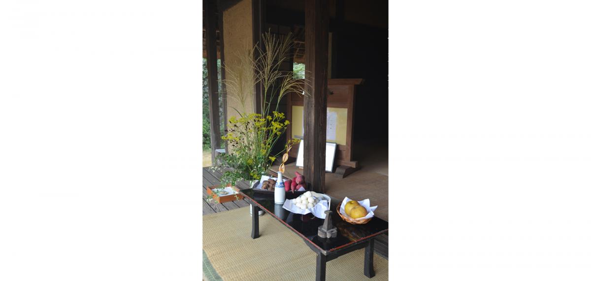 中秋の名月を祝い、お団子、里芋、柿などを供える十五夜飾りを展示。