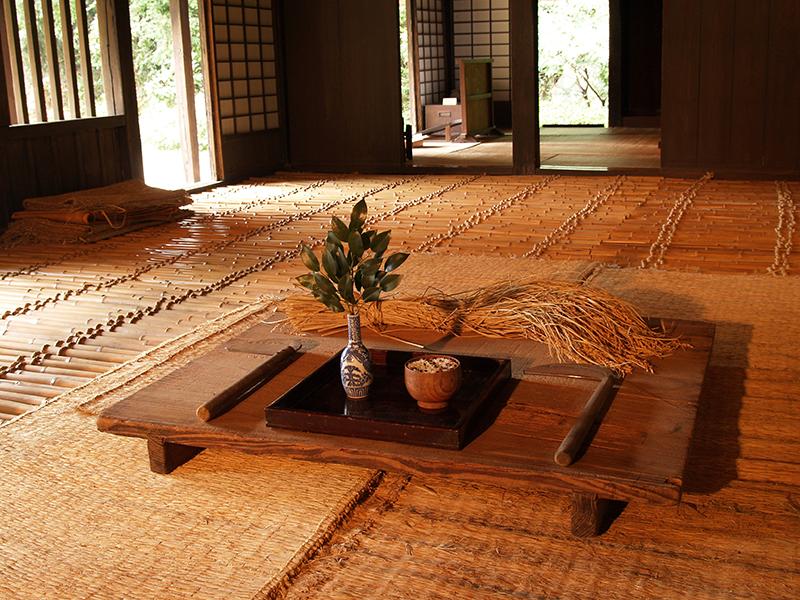 稲刈り後に収穫を祝い、鎌などを神様に供えた様子を展示します。